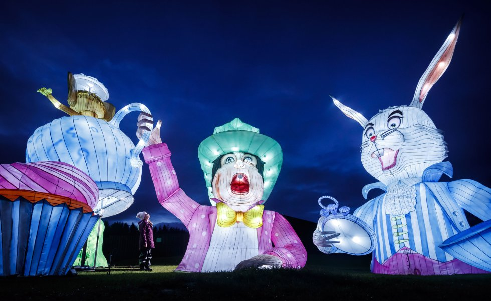 Una niña mira las esculturas luminosas que representan la fiesta del té del Sombrerero Loco de 'Alicia en el país de las maravillas', en North Yorkshire (Reino Unido), 12 de diciembre.