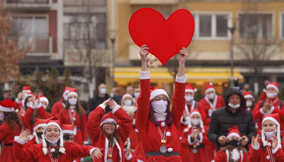 Participantes vestidas de Santa Claus durante un evento solidario en Pristina (Kosovo), el 13 de diciembre.
