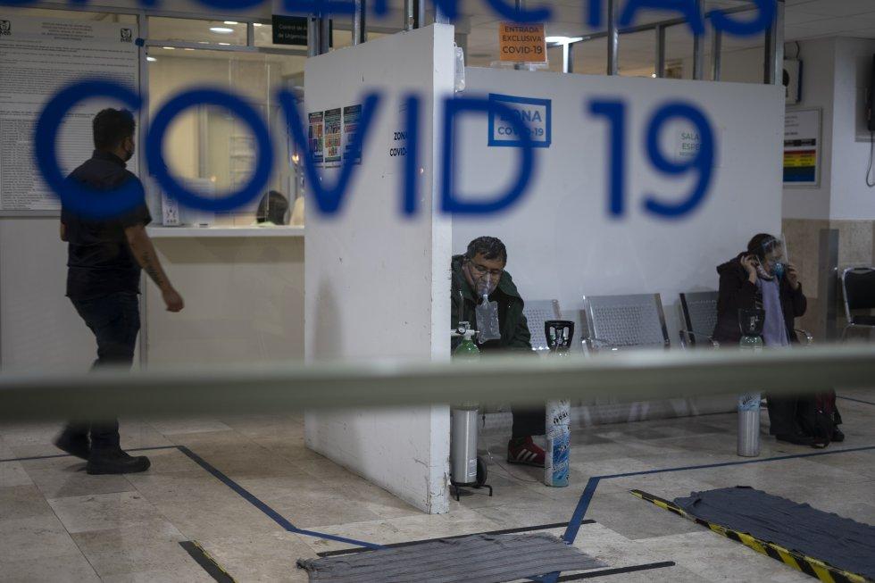 Varias personas esperan a ser atendidas en la sala de urgencias por covid-19 en el Hospital de los Venados. Más de un centenar de centros médicos en México están al 100% de ocupación.