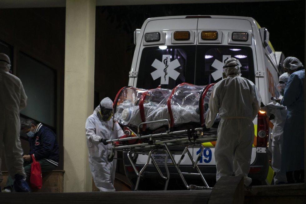 Un enfermo de coronavirus es ingresado este 24 de diciembre en el Centro Médico de Ciudad de México. El hospital está saturado y solamente tiene una cama disponible para un caso grave. Más de 30 hospitales se encuentran saturados en el Valle de México, compuesto por la capital y el Estado de México, una zona que decretó el cierre de las actividades no esenciales hace una semana.