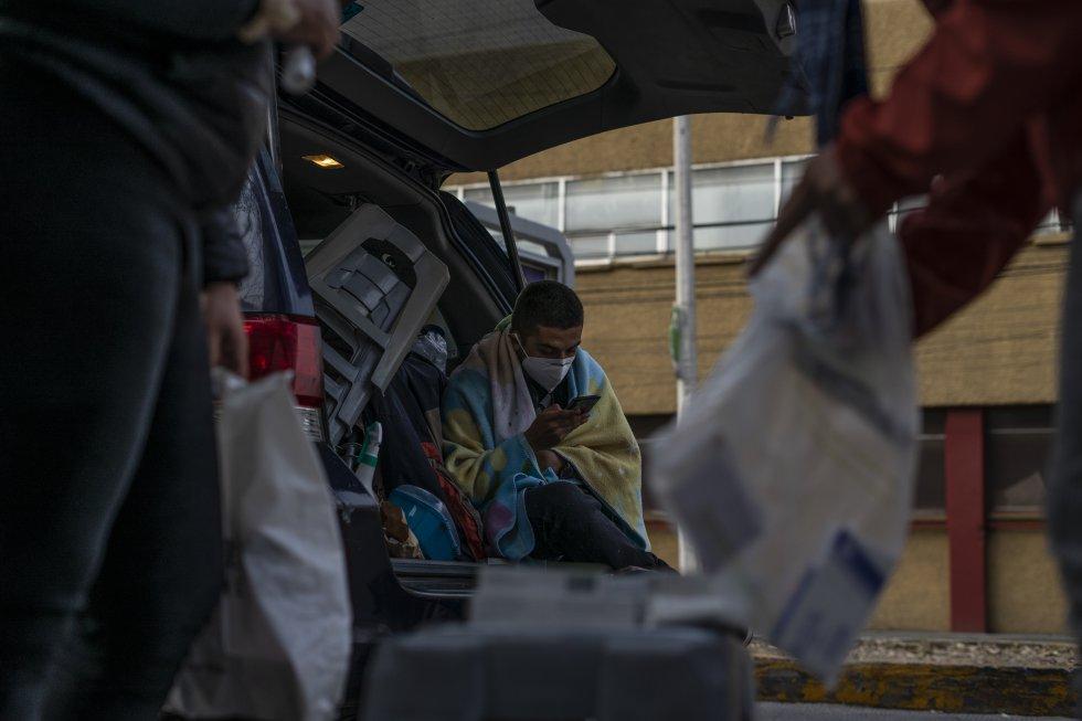 Eliezer lleva hospitalizado tres días en Centro Médico por complicaciones derivadas de la covid-19. Sus familiares esperan a las afueras en su camioneta a recibir instrucciones de los médicos. En la imagen, varios de ellos ordenan los medicamentos que les ha solicitado comprar el doctor.