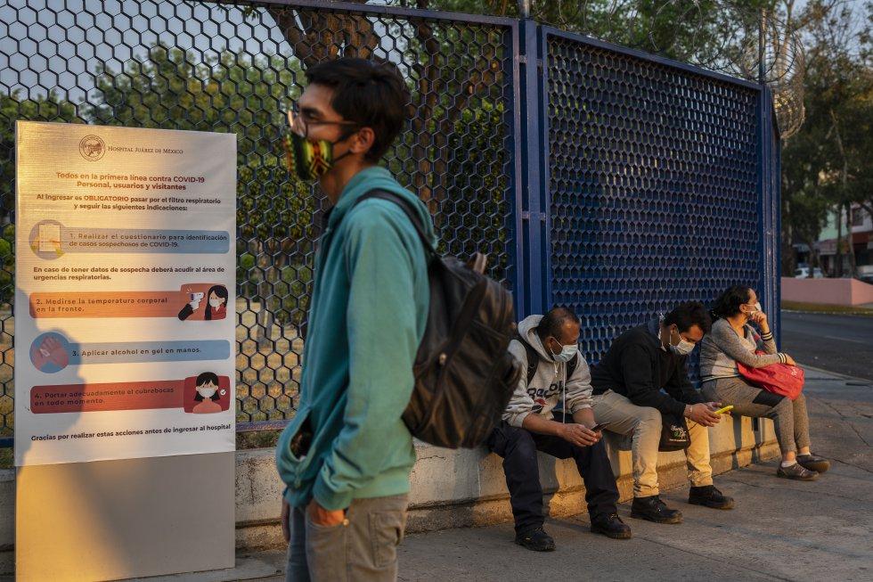 Alan Romero espera en la entrada del Hospital Juárez mientras su madre ingresa artículos de higiene personal para su padre Luis Miguel, ingresado por covid-19 el 22 de diciembre.