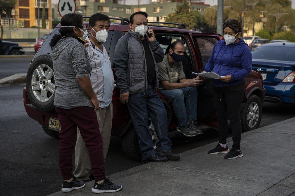 María Félix Díaz espera junto a otros familiares afuera del Hospital Troncoso a conocer la evolución de su madre, Gloria, ingresada el 24 de diciembre por complicaciones derivadas de la covid-19.