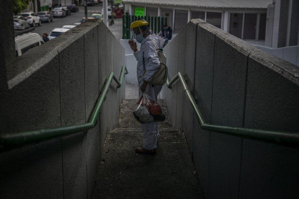 Un hombre vestido con un traje protector sale del área de urgencias por covid-19 del Hospital Gabriel Mancera este 24 de diciembre.
