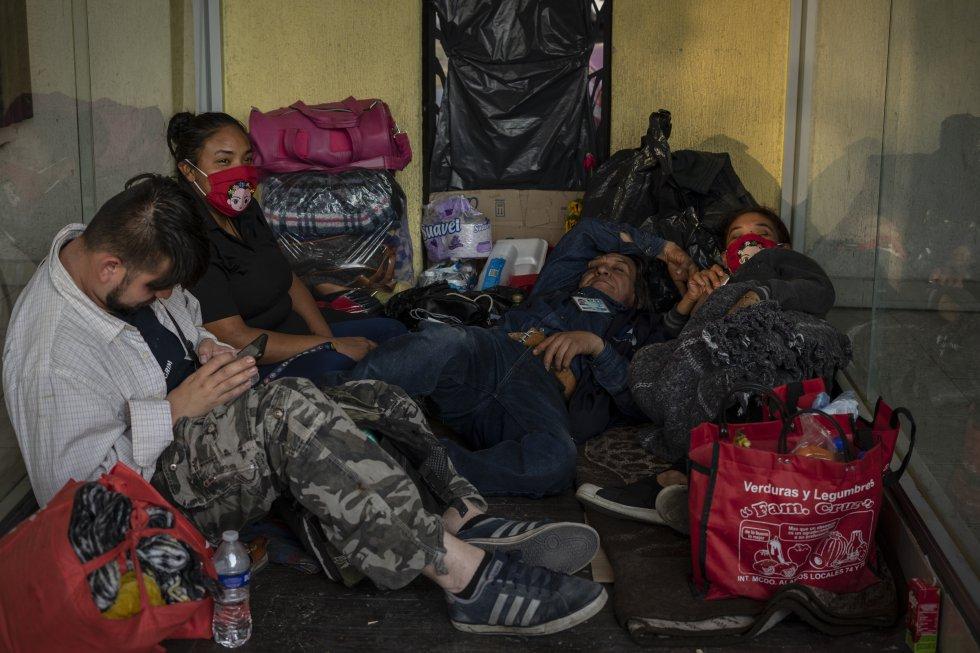 Los alrededores del Hospital Balbuena se han convertido en un pequeño campamento de familiares de pacientes ingresados por todo tipo de enfermedades. Al no poder esperar dentro por las medidas de seguridad debido a la pandemia, muchos duermen a la intemperie. El nombre de su pariente puede sonar a cualquier hora por los altavoces del hospital.
