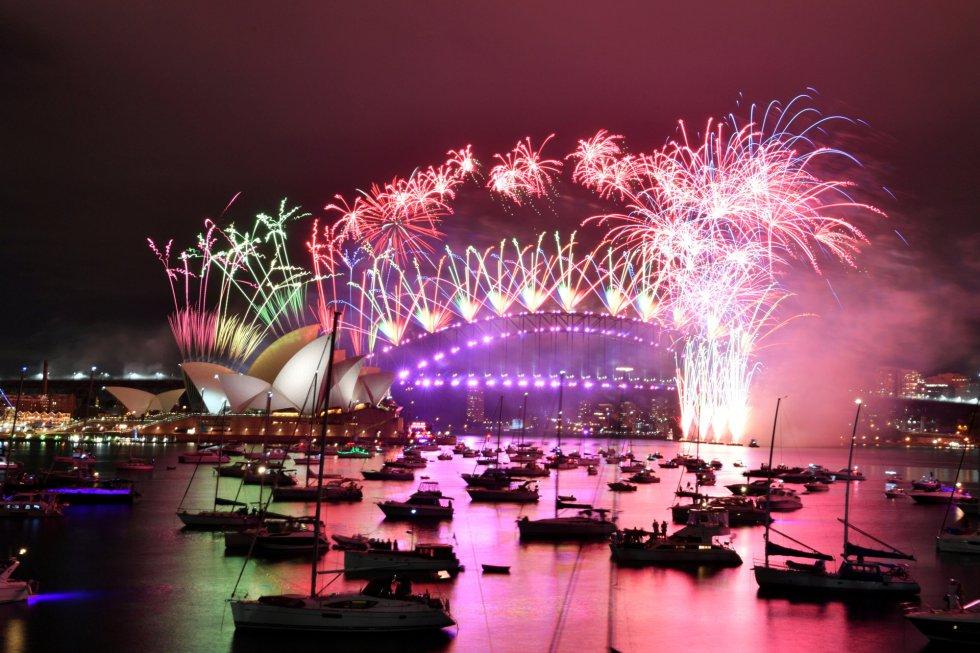 Em Sydney, a maior cidade da Austrália, os famosos fogos de artifício do Ano Novo foram disparados sobre a baía, mas com a quase total ausência de espectadores após o surgimento de um recente surto de covid-19, no norte da cidade.