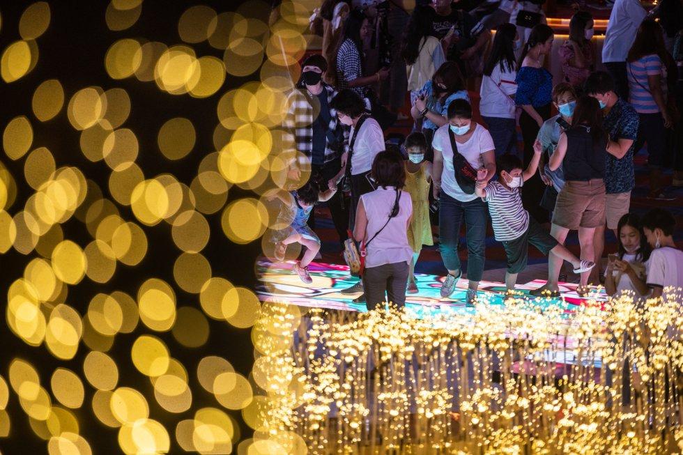 Atmosfera em frente a um shopping center de Bangkok durante a celebração do Ano Novo.
