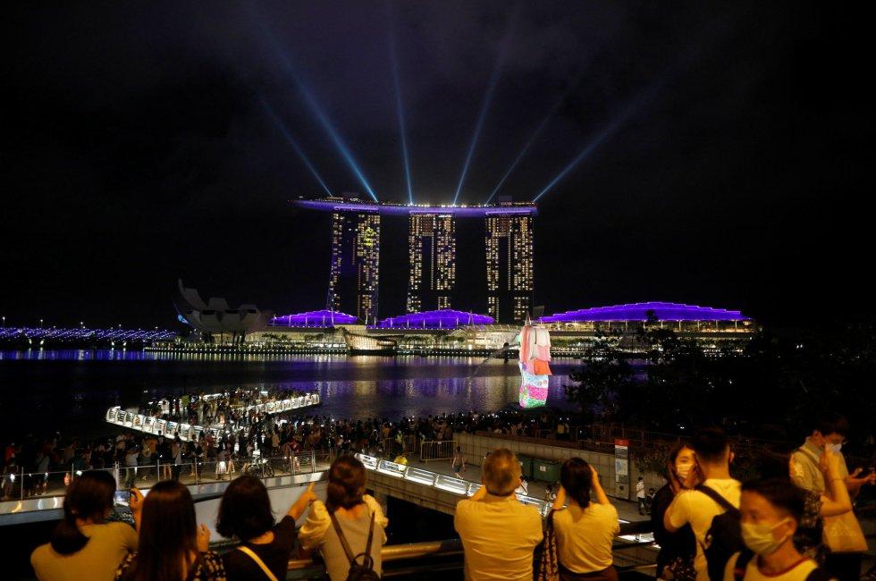 Um show de luzes em Marina Bay (Singapura). O país asiático começou nesta quarta-feira a vacinar profissionais de saúde contra a covid-19, tornando-se um dos primeiros países da Ásia a iniciar a campanha de imunização.