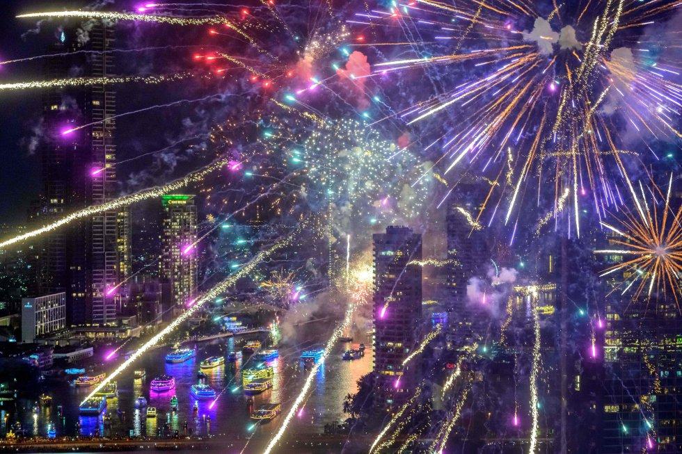 Fogos de artifício da véspera de Ano Novo sobre o rio Chao Phraya em Bangkok em 1º de janeiro.