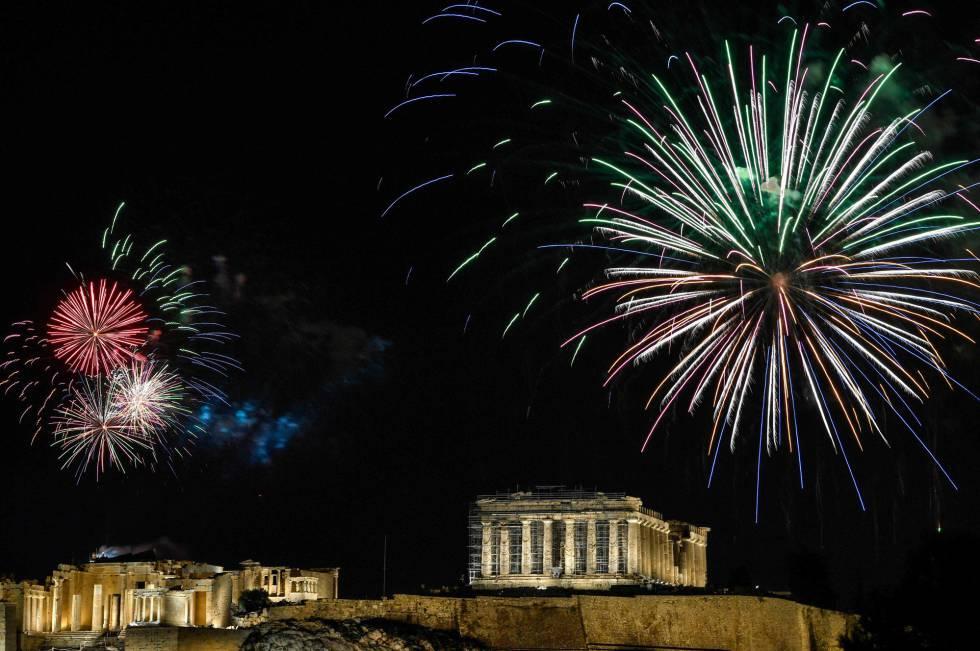 Fuegos artificiales explotan sobre la Acrópolis de Atenas (Grecia).
