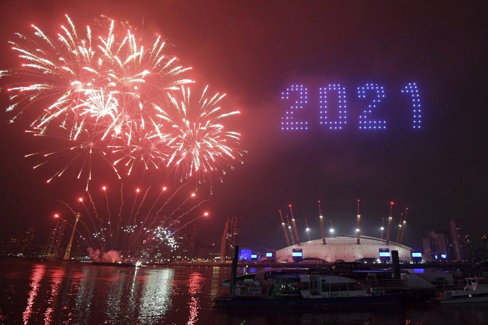 Fogos de artifício e drones iluminam o céu de Londres (Reino Unido) durante a celebração do Ano Novo.