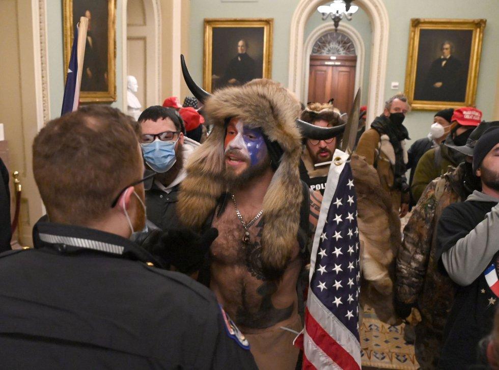 Ante los disturbios, los legisladores han sido evacuados. En la imagen, algunos de los manifestantes dentro del Capitolio.