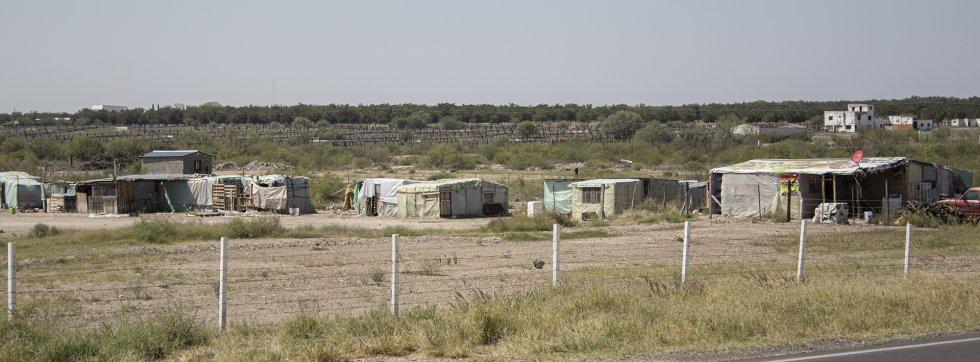 Barracones de madera y lata donde habitan los trabajadores de Godea, comercializadora de chile, cuyo propietario niega el acceso a este medio. En muchos de los ranchos se ha colocado seguridad privada para obstaculizar el acceso a las inspecciones de las autoridades estatales. En varias ocasiones, los equipos de inspección han sido interceptados por varias camionetas con hombres con armas largas.