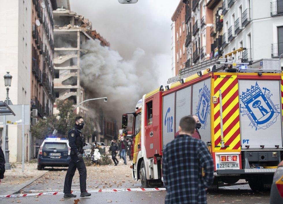 La detonación ha provocado daños muy importantes en el bloque. En la imagen, varios efectivos de Bomberos llega en la zona afectada.