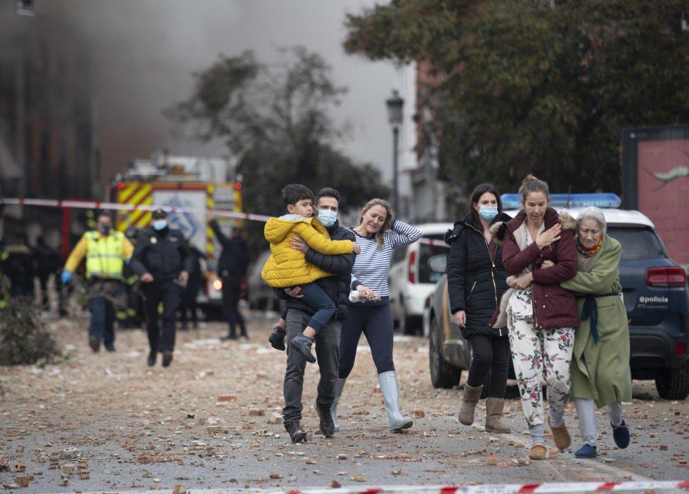 Los servicios de emergencia evacúan la zona afectada de la calle Toledo tras la explosión.