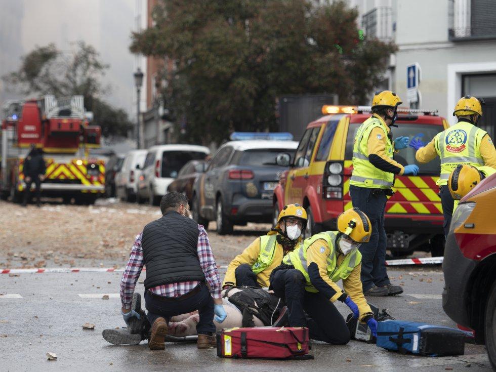 Una fuerte explosión ha sacudido un inmueble del centro de Madrid sobre las tres de la tarde de este miércoles. En la imagen, los servicios de emergencia atienden a una persona herida. El alcalde, José Luis Martínez-Almeida, ha apuntado a una explosión de gas.