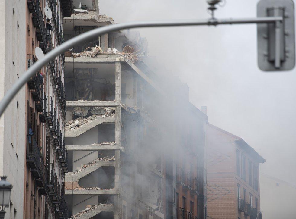 La potente explosión ha volado las cuatro plantas superiores del edificio, situado en el número 98 de la calle de Toledo, en el distrito de La Latina en Madrid. En la imagen, la parte superior del edificio afectado por la explosión.