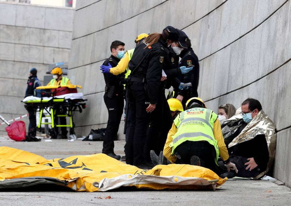 Los servicios sanitarios atienden a varios heridos, este miércoles en Madrid.