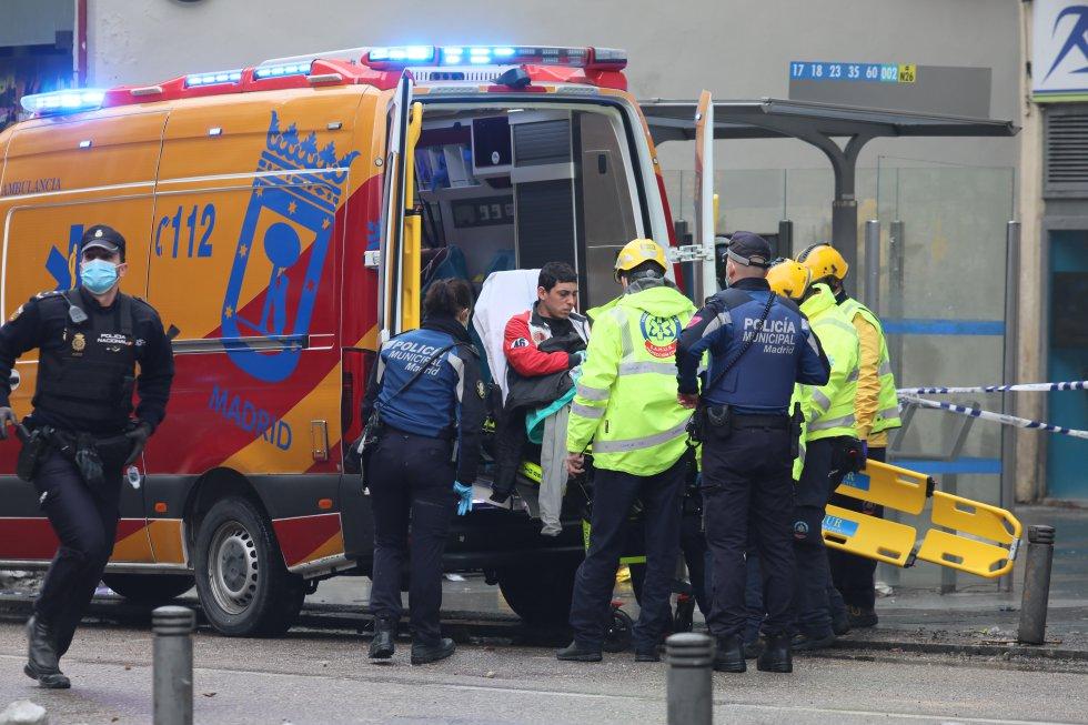 Hay al menos tres fallecidos y un desaparecido tras la explosión en un edificio del centro de Madrid. En la imagen, los servicios sanitarios trasladan en ambulancia a uno de los heridos.