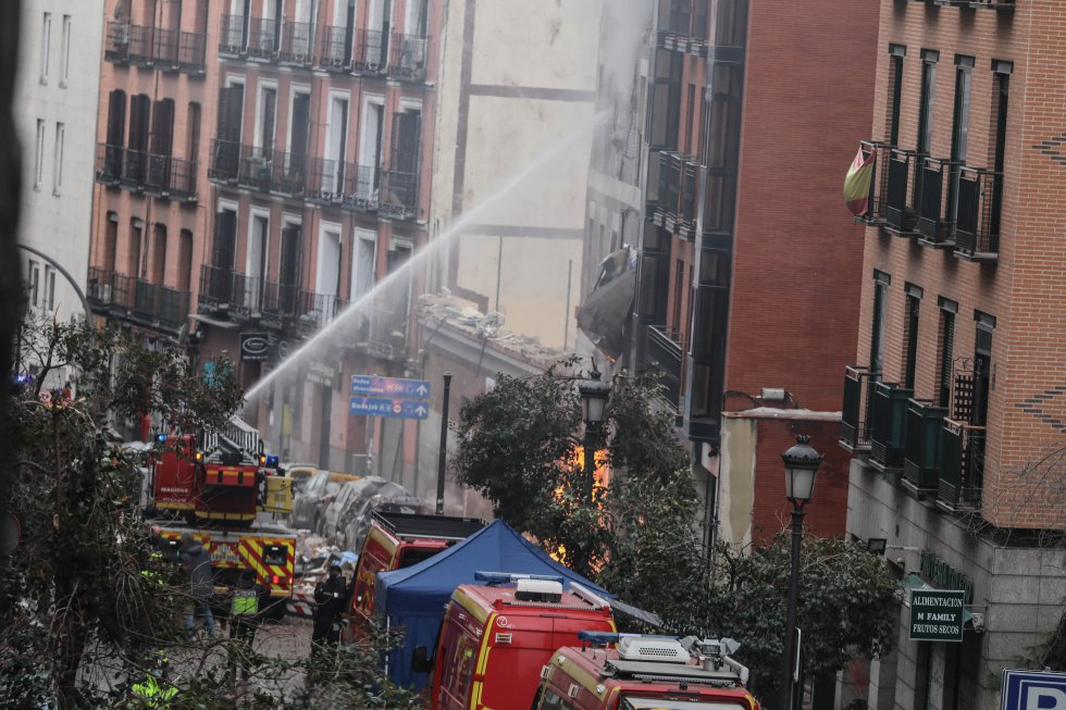Según ha apuntado el alcalde, no se han producido víctimas ni en la residencia de ancianos cercanos, cuyos usuarios han sido evacuados al hotel de enfrente, ni tampoco en el colegio anexo. En la imagen, los bomberos apagan el incendio causado por la explosión.