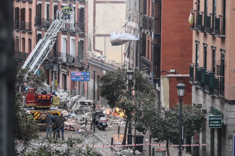 Fuentes policiales indican que la explosión se produjo cuando operadores de gas revisaban la instalación del edificio, un centro parroquial de la iglesia de la Virgen de la Paloma, situada en la parte posterior del inmueble. En la imagen, la zona afectada por el estallido, en la calle Toledo de Madrid.