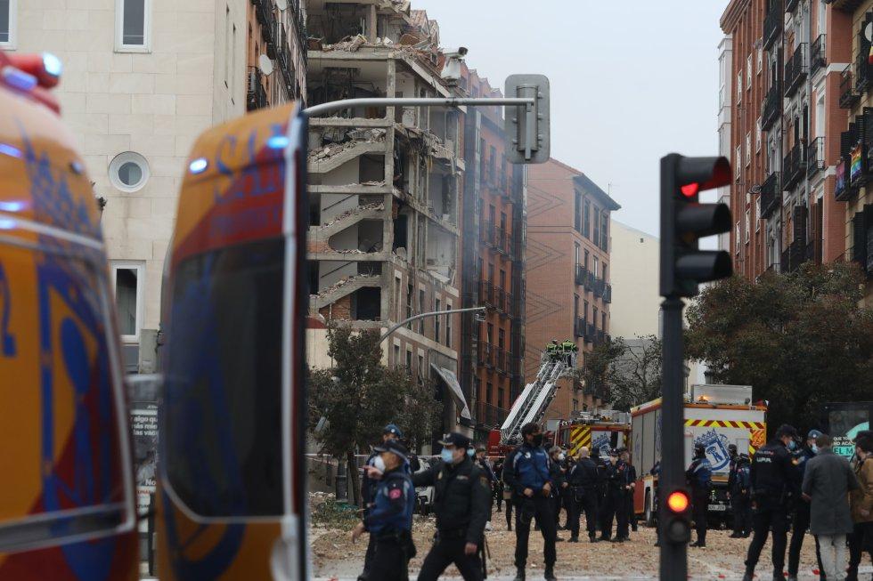 Los 55 usuarios de la residencia La Paloma, aneja al edificio que ha sufrido una explosión en la calle Toledo de Madrid, están siendo trasladado a la residencia Pontones, ha informado la vicealcaldesa, Begoña Villacís. En la imagen, imagen del edificio desde la calle Toledo.