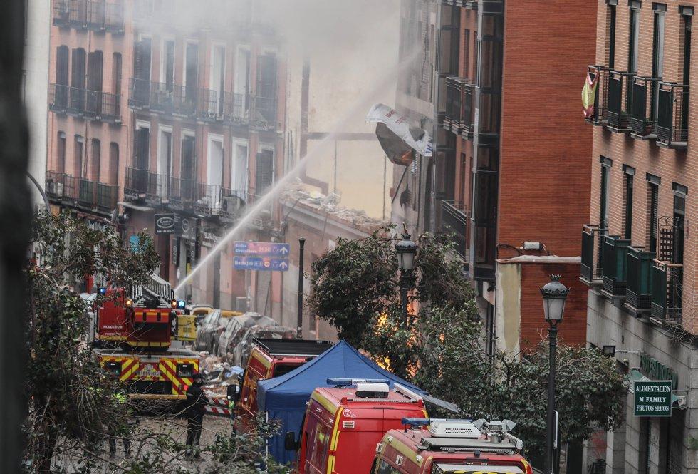 Bomberos del Ayuntamiento de Madrid intervienen para sofocar el incendio que se ha producido tras la explosión.