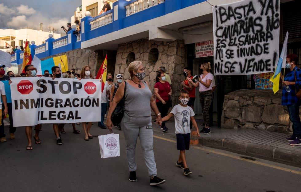 Las banderas de España llenaron las manifestaciones en Arguineguín. Vox abrazó rápidamente las reivindicaciones de muchos canarios, multiplicó la agenda en las islas y alentó marchas y protestas contra la inmigración irregular. En la imagen, otro momento de la manifestación convocada el pasado 7 de noviembre.