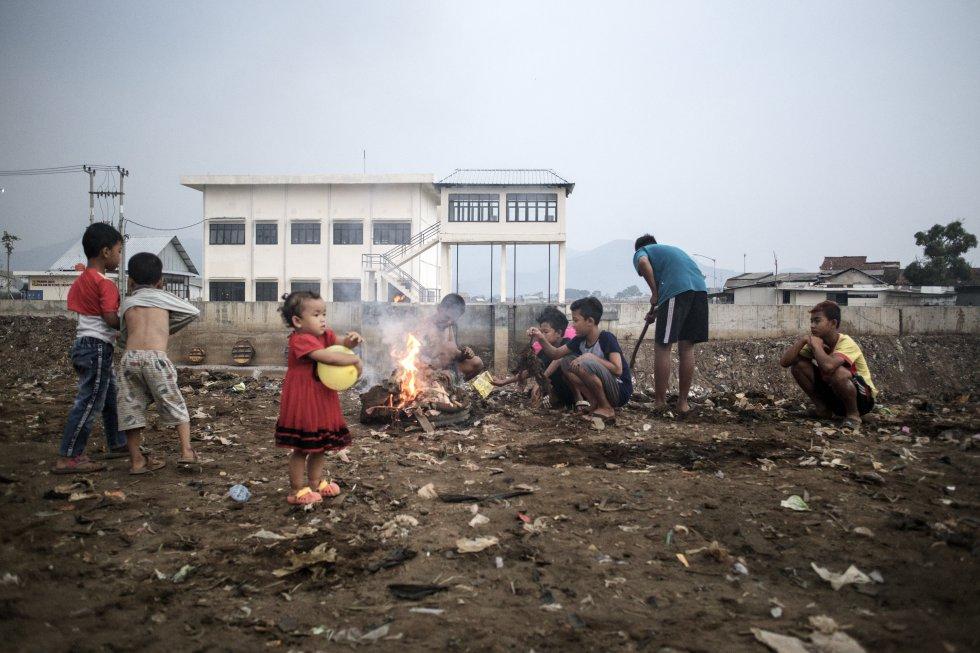 Na aldeia de Babakan, construída às margens do Citarum, em frente a complexos industriais e muitas vezes atingida por enchentes, vivem crianças vivendo com montanhas de lixo.  Os meninos costumam atear fogo neles por diversão ou simplesmente para se livrar deles.