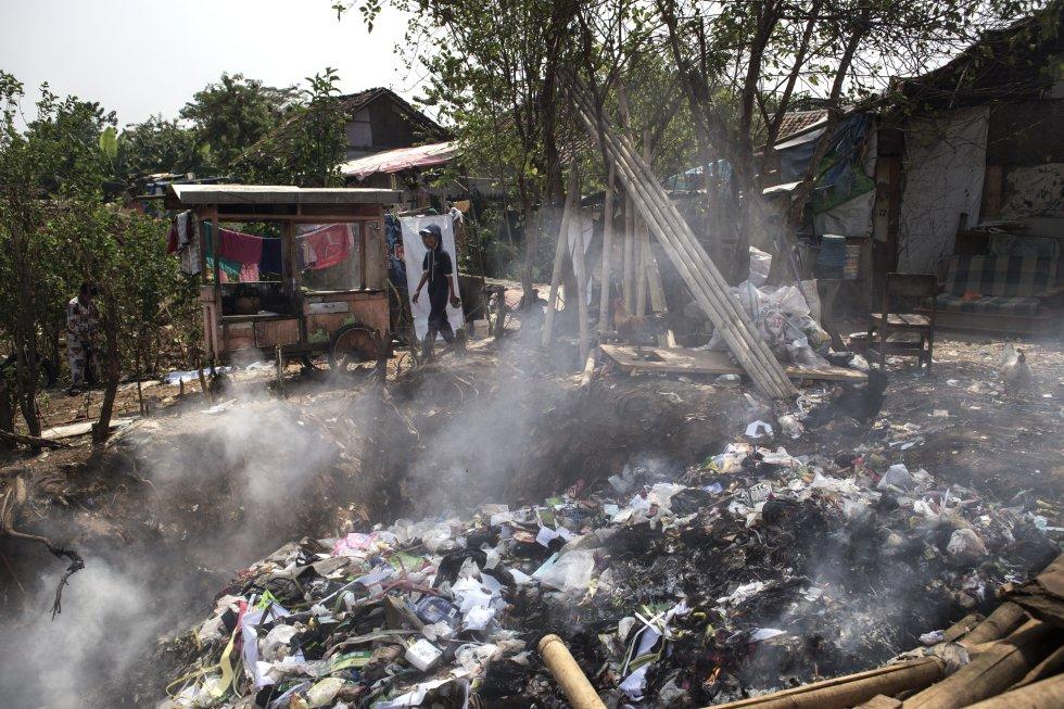 O lixo do subúrbio de Dayeuhkolot é periodicamente incinerado em um poço próximo à aldeia.  Sem qualquer tipo de separação ou filtro, a fumaça cancerígena carregada de dioxinas e hidrocarbonetos aromáticos policíclicos engolfa ruas e casas.