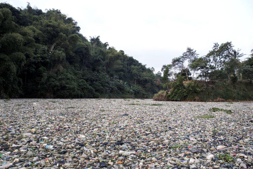 Perto da cidade de Cipatik, o curso do Citarum está totalmente coberto por toneladas de lixo na superfície e no leito do rio.  Os destroços impossibilitam a navegação motorizada e até mesmo os barcos a remo.