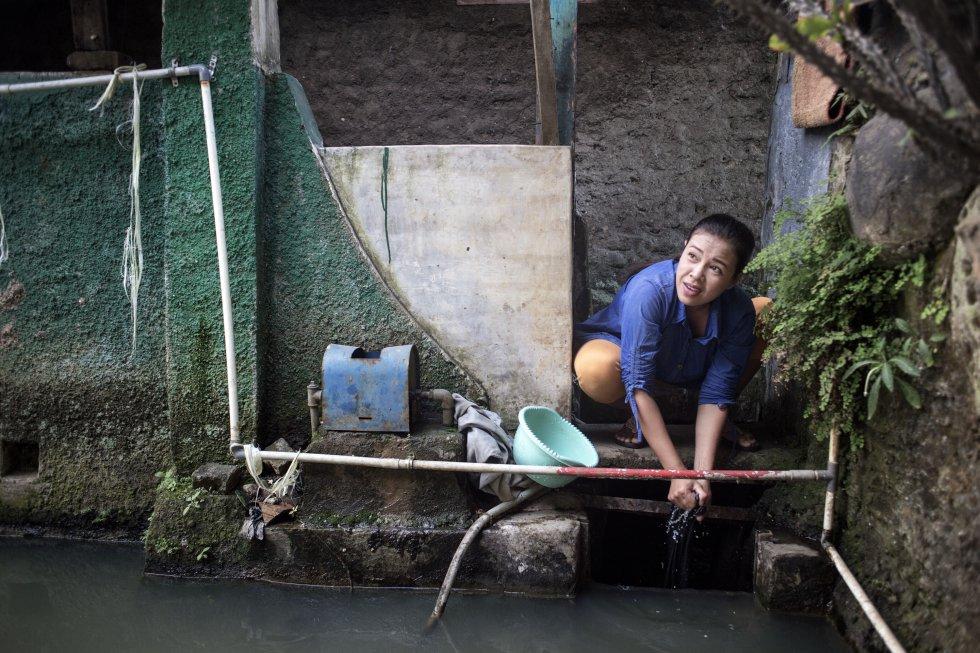 As águas residuais das fábricas têxteis e da cidade chegam à cidade de Ciwalenke.  Depois de passarem pelos ralos e canais entre as casas, deságuam em um grande tanque onde os moradores lavam roupas e pratos, e de onde também tiram água para a higiene pessoal.