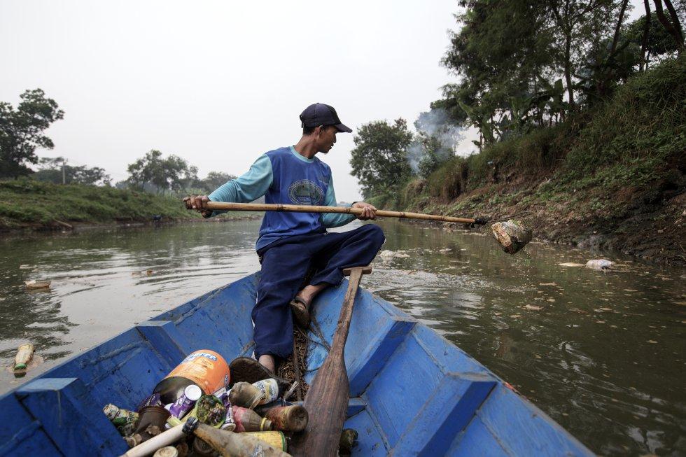 """Iwan, 34, é um """"pesquisador"""".  Sua função é coletar material reciclável no Citarum, próximo às saídas de diversos ralos residenciais ao longo da beira do rio."""
