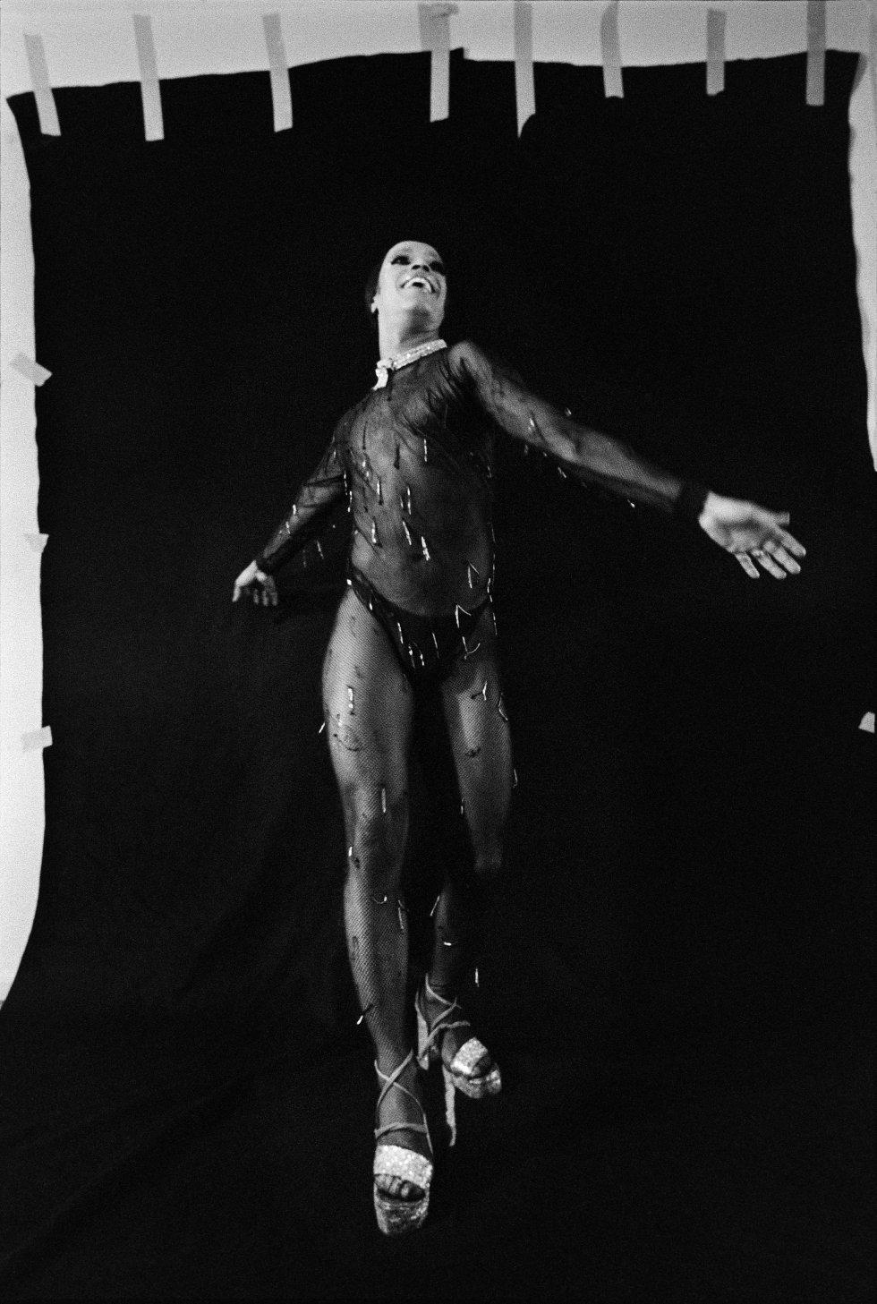 Uno de los retratos de travestis y transformistas que Madalena Schwartz hizo en los años setenta en un estudio en el apartamento que compartía con su marido. La artista, nacida en Hungría hace un siglo, solo comenzó a trastear con una cámara de fotos a partir de los 45 años. Hasta entonces se ganó la vida con la tintorería que regentaba con su familia.