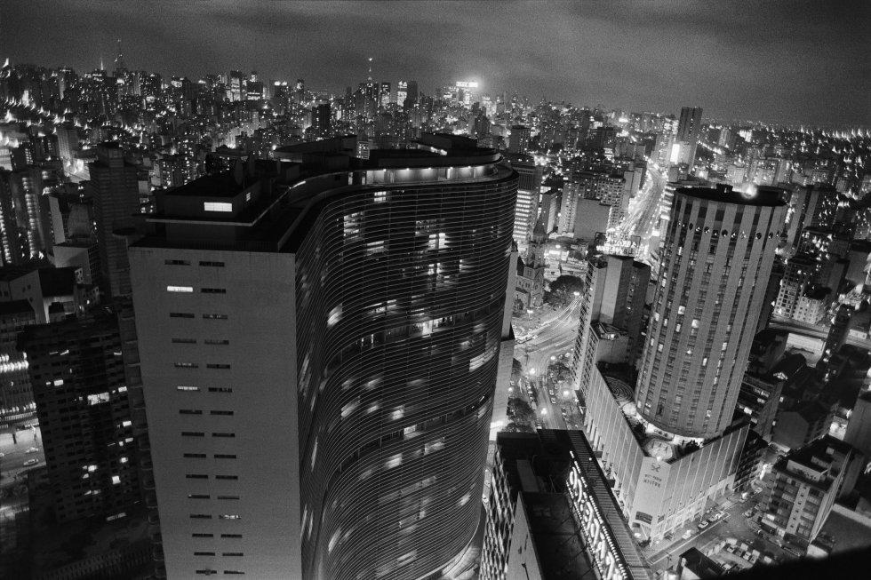 Una de las fotografías incluidas en la exposición sobre Schwartz, que muestra el edificio Copan, diseñado por el arquitecto Óscar Niemeyer y todavía una de las construcciones más emblemáticos de la ciudad. La fotógrafa y su esposo vivían allí y allí tenía ella su estudio. La lavandería familiar quedaba a la vuelta de la esquina en el centro de la ciudad, un barrio poblado entonces por intelectuales, bohemios y vedettes.