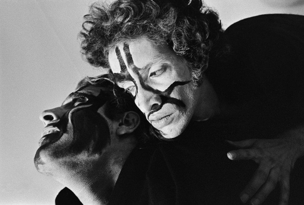 Retrato de una pareja trans realizado por la fotógrafa Madalena Schwartz en el São Paulo de los setenta e incluido en la muestra que el Instituto Moreira Salles dedica a la artista en esa misma ciudad, una de las más peligrosas del mundo para los transexuales.
