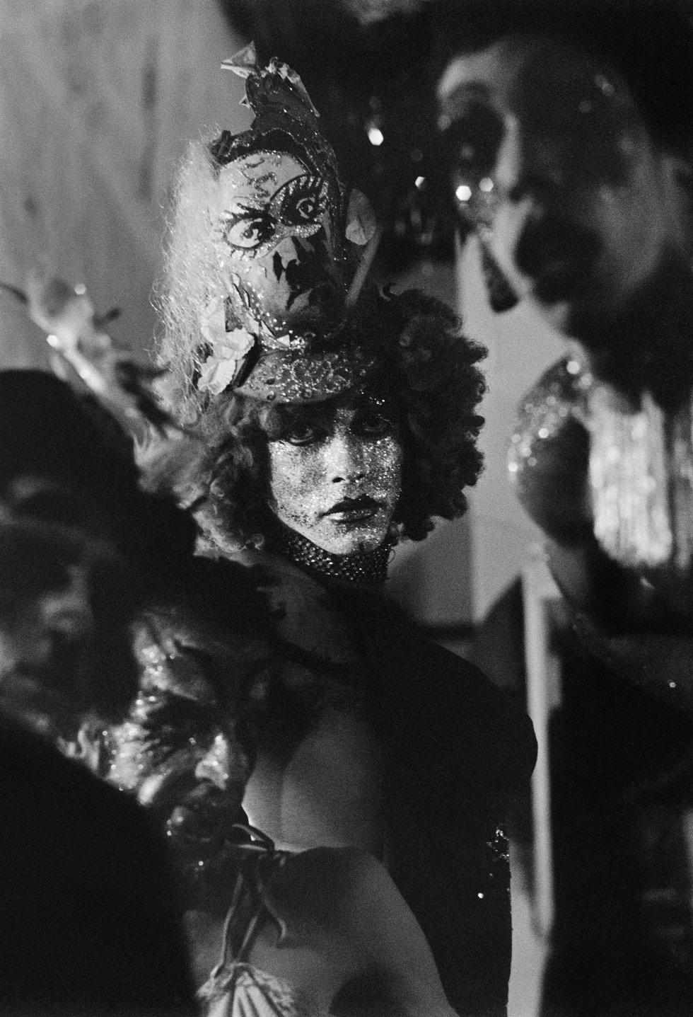 Uno de los 112 retratos realizados por la fotógrafa, la mayoría en blanco y negro, en los que explora la iluminación y el contraste. En su época fue calificada en Brasil como la primera dama del retrato.