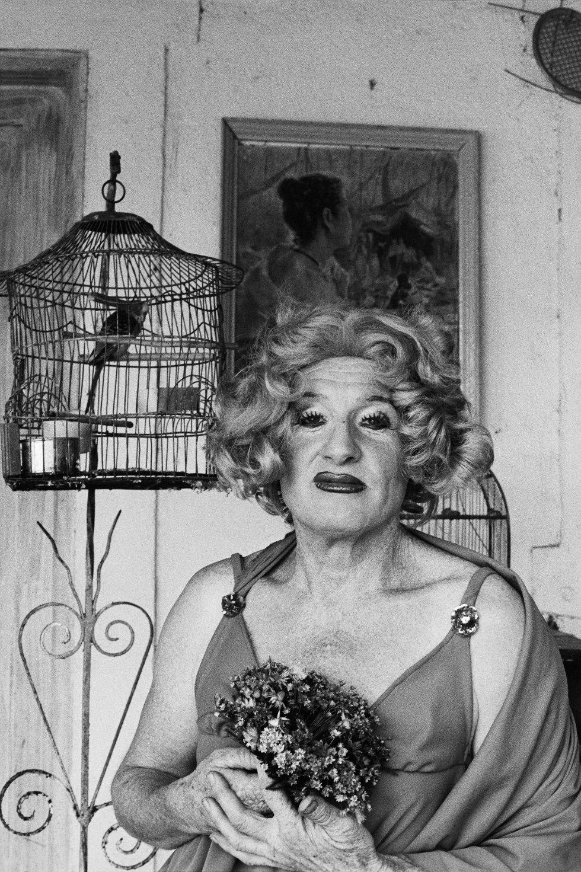 Una de las travestis retratadas por Madalena Schwartz en un proecto que comenzó en 1971 y al que el Instituto Moreira Salles de São Paulo dedica una exposición en estos tiempos en que las reivindicaciones de los derechos trans han llegado más lejos que nunca aunque persisten los ataques y el Gobierno brasileño tiene un discurso intolerante.
