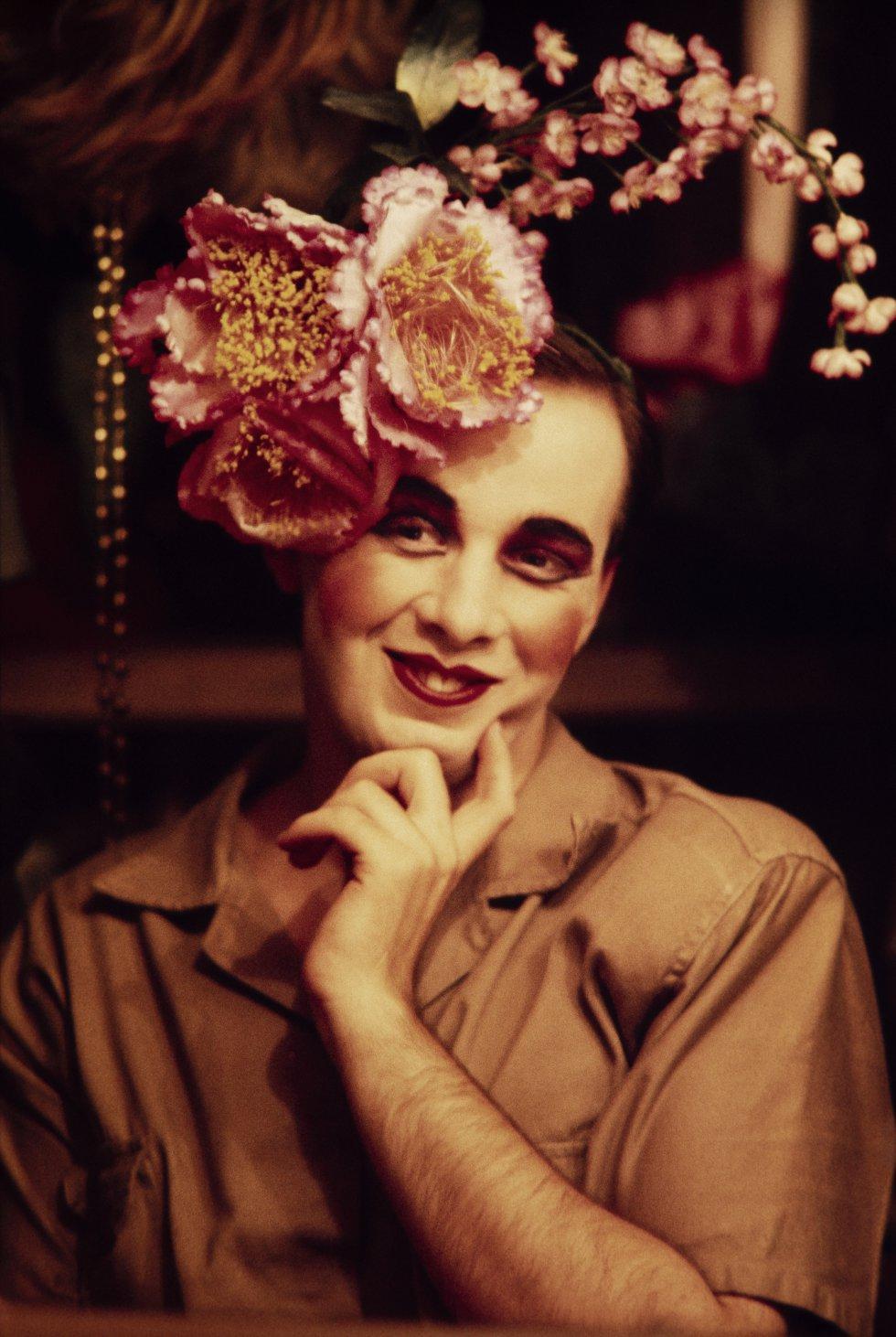 Uno de los pocos retratos de travestis que Madalena Schwartz realizó en color y que se expone en el IMS de São Paulo.