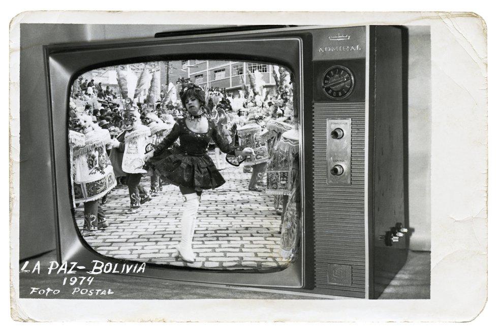 La exposición 'As metamorfoses' incluye obras que retratan la escena travesti en otros países de América Latina en los setenta. Desde Argentina hasta Venezuela. Esta imagen pertenece al archivo Quiwa de Bolivia.
