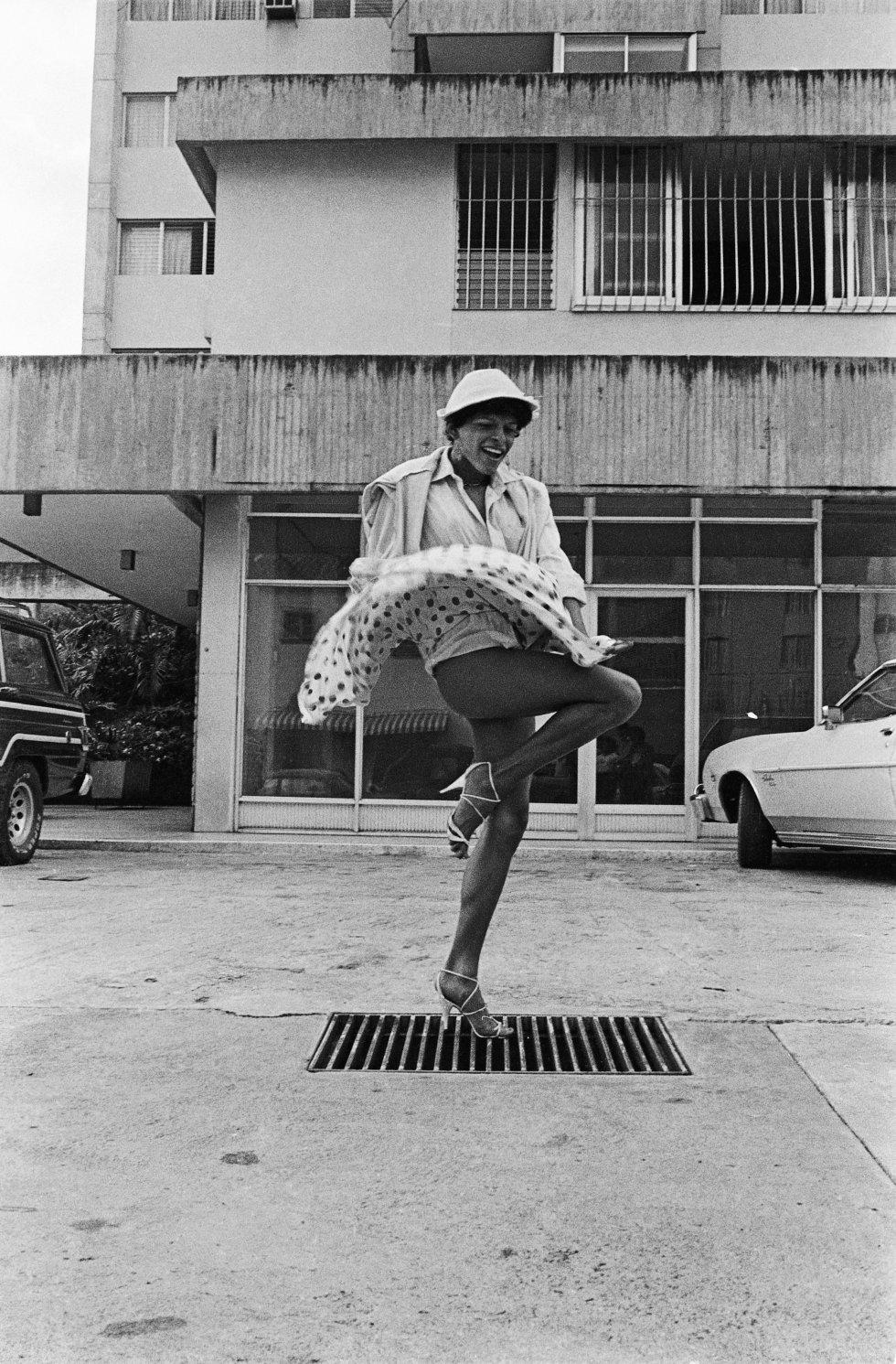 Una de las fotografías incluidas en la muestra para explicar el contexto regional, la escena travesti latinoamericana en los setenta y los ochenta. La imagen pertenece a la serie Las Libertadoras del venezolano Vasco Szinetar sobre las travestís que se prostituían en la avenida Libertadores de Caracas.