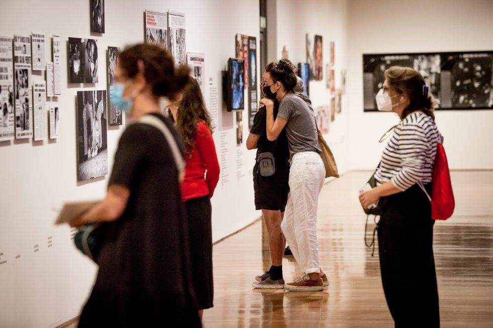 Visitantes en la exposición de fotografía 'As metamorfoses'. El Instituto Moreira Salles ha impuesto normas de seguridad para las visitas como mascarilla, mantener la distancia de seguridad y reservar la entrada de antemano por Internet.