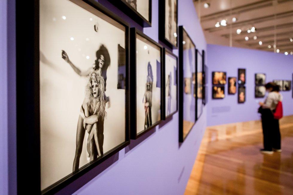 Visitantes en la muestra' As metamorfoses', que reúne en el IMS de São Paulo 112 retratos de travestis realizados por Madalena Schwartz, junto a decenas de objetos que ilustran el contexto histórico y el regional. La exposición se puede visitar con normas de pandemia que incluye resevar plaza con antelación.