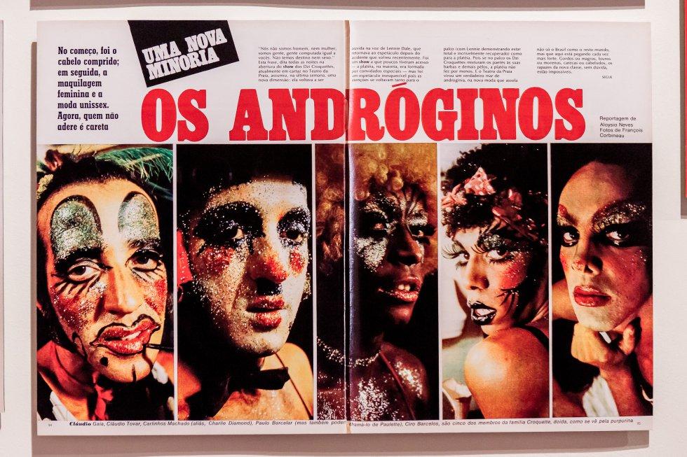 Uno de los objetos incluidos en la exposición 'As metamorfoses' como complemento a los retratos de travestis y transformistas realizados por la fotógrafa Madalena Schwartz que protagonizan la muestra, recién inaugurada en el Instituto Moreira Salles de São Paulo. La imagen es de la portada de una revista brasileña de los años setenta, en plena dictadura.