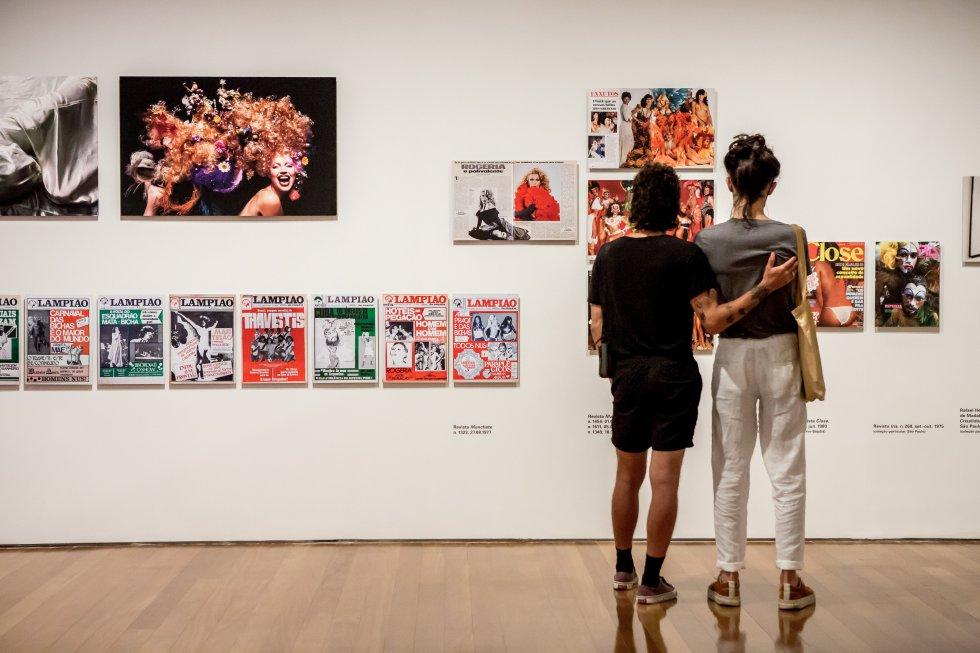 Una pareja de visitantes de la exposición del IMS de São Paulo contempla las portadas de algunas de las publicaciones contemporáneas a los retratos realizados por Madalena Schwartz y dedicadas también a los travestis, homosexuales y lesbianas.