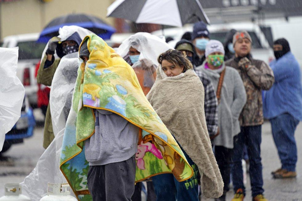 Los clientes esperaron más de una hora bajo la lluvia helada para llenar sus tanques.