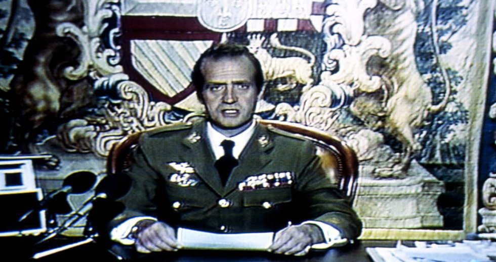 """A la una y cuarto de la madrugada del 24 de febrero el rey Juan Carlos interviene a través de RTVE: """"Al dirigirme a todos los españoles, con brevedad y concisión, en las circunstancias extraordinarias que en estos momentos estamos viviendo, pido a todos la mayor serenidad y confianza y les hago saber que he cursado a los capitanes generales de las regiones militares, zonas marítimas y regiones aéreas la orden siguiente: ante la situación creada por los sucesos desarrollados en el Palacio del Congreso y para evitar cualquier posible confusión, confirmo que he ordenado a las autoridades civiles y a la Junta de Jefes de Estado Mayor que tomen todas las medidas necesarias para mantener el orden constitucional dentro de la legalidad vigente. Cualquier medida de carácter militar que en su caso hubiera de tomarse deberá contar con la aprobación de la Junta de Jefes de Estado Mayor. La Corona, símbolo de la permanencia y unidad de la patria, no puede tolerar en forma alguna acciones o actitudes de personas que pretendan interrumpir por la fuerza el proceso democrático que la Constitución votada por el pueblo español determinó en su día a través de referéndum""""."""