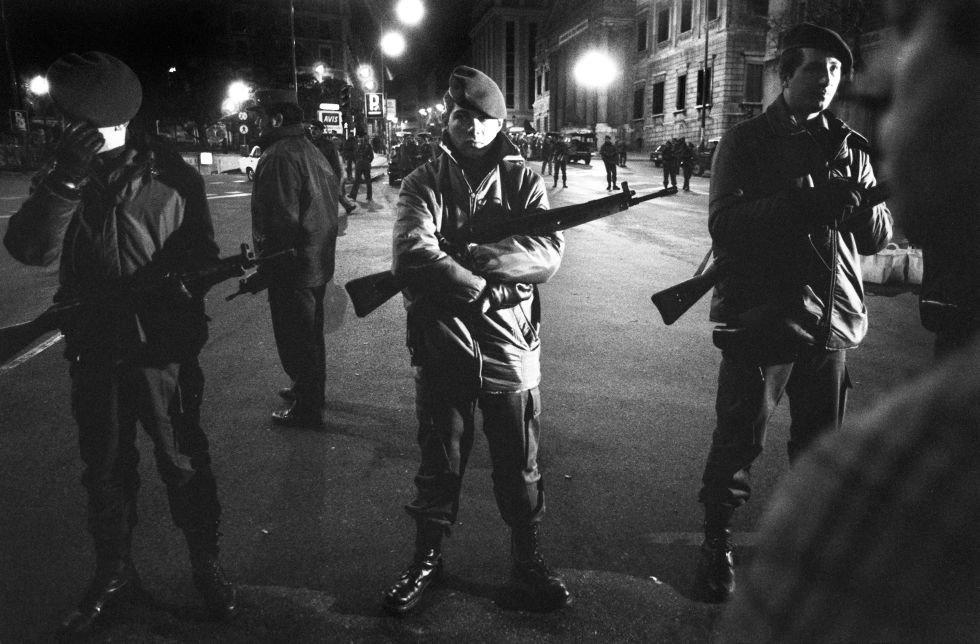 Agentes de la Policía Nacional en la carrera de San Jerónimo. Se formaron dos cordones de seguridad alrededor del Congreso: uno interior, de la Guardia Civil, y otro exterior de la Policía Nacional, después de que los policías que se acercaron al Congreso fueran obligados a retirarse por los guardias civiles.