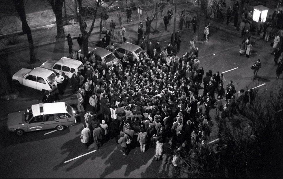 Ambiente en el exterior del Congreso de los Diputados la noche del golpe de Estado, conocida como 'la noche de los transistores'. TVE había decidido grabar el pleno de la votación de la investidura del Gobierno y luego emitir un resumen en el 'Telediario'. La cadena SER, a la que habían dejado una cabina de teléfono para poder trabajar, retransmitía en directo la votación en directo cuando Tejero entró con los guardias civiles (llegados en dos autobuses que había alquilado su mujer). Buena parte de España se pasó la noche con la oreja pegada al transistor siguiendo los acontecimientos.