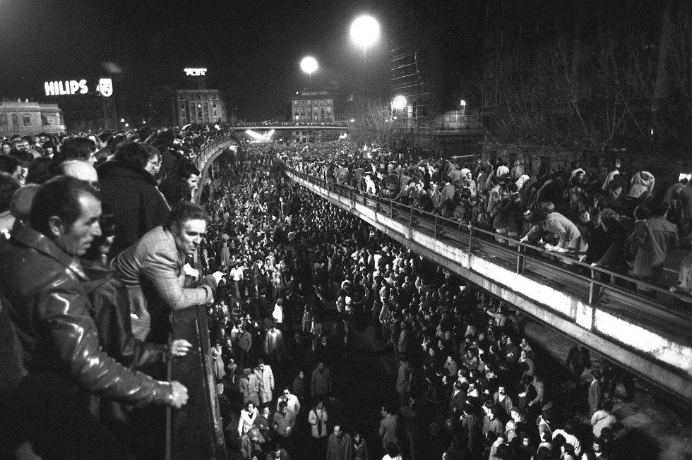 """La manifestación  del 27 de febrero de 1981 por las calles de Madrid, en la que participaron un millón y medio de personas, fue la más grande jamás celebrada en la historia de España. Bajo el lema """"Por la libertad, la democracia y la Constitución"""", políticos y ciudadanos, desde presidentes de bancos hasta la Corporación Municipal madrileña (maceros incluidos) participaron en el recorrido desde Embajadores a la plaza de las Cortes (en la imagen, a su paso por el 'scalextric' de Atocha). La organización había pedido que los manifestantes que marcharan en silencio, pero los gritos de """"Viva la libertad"""", """"Viva la democracia"""" y """"Viva el Rey"""" fueron constantes. Al final del recorrido, la periodista Rosa María Mateo leyó un manifiesto a favor de la democracia consensuado por los líderes políticos."""